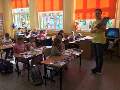 Nasi najmłodsi uczniowie w klasie i na podwórku :-)